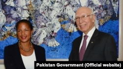 Adviser to the Prime Minister on National Security and Foreign Affairs, Sartaj Aziz shakes hands with U.S. National Security Adviser Susan Rice in Islamabad, Aug. 30, 2015.