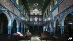 Un juif tunisien assis à l'intérieur de la synagogue de la Ghriba, la plus ancienne d'Afrique, construite il y a plus de 2.500 ans sur l'île de Djerba, Tunisie, le 28 octobre 2015.