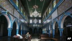 La synagogue El Ghriba, l'un des plus anciens monuments juifs construits en Afrique il y a plus de 2 500 ans, sur l'île touristique de Djerba, au sud de Tunis, le 28 octobre 2015.