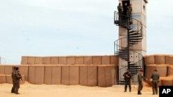 Des soldats tunisiens participent à une présentation de la clôture anti-djihadiste près de Ben Guerdane, à l'est de la Tunisie, près de la frontière avec la Libye, le 6 février 2016. (AP Photo/Benjamin Wiacek)