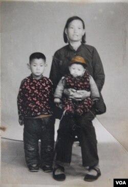 坐在妈妈膝盖上只有几个月大的小光诚,那时还是个视力健全的孩子。