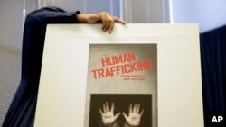 2014年9月24日,在加利福尼亞州長灘市,一名市政府僱員豎起展板,為即將宣布該地區為期8個月針對性交易人口販子的行動成果的新聞發布會做準備。