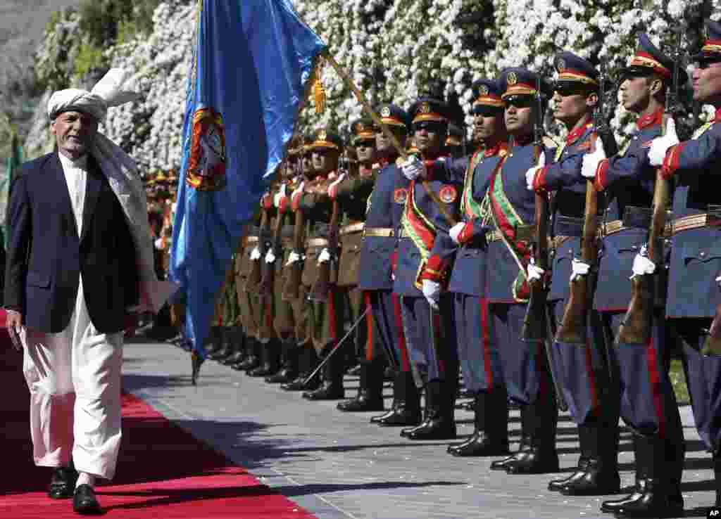 Presiden Afghanistan Ashraf Gani (kiri) memeriksa pasukan kehormatan saat bersiap salat Ied di Istana Kepresidenan di Kabul, Afghanistan, 4 Juni 2019. (Foto: Rahmat Gul/AP)