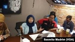 Direktur Indonesia for Global Justice (IGJ), Rachmi Hertanti (tengah) saat berdiskusi di Jakarta, Kamis (14/3/2019). (Foto: VOA/Sasmito Madrim)