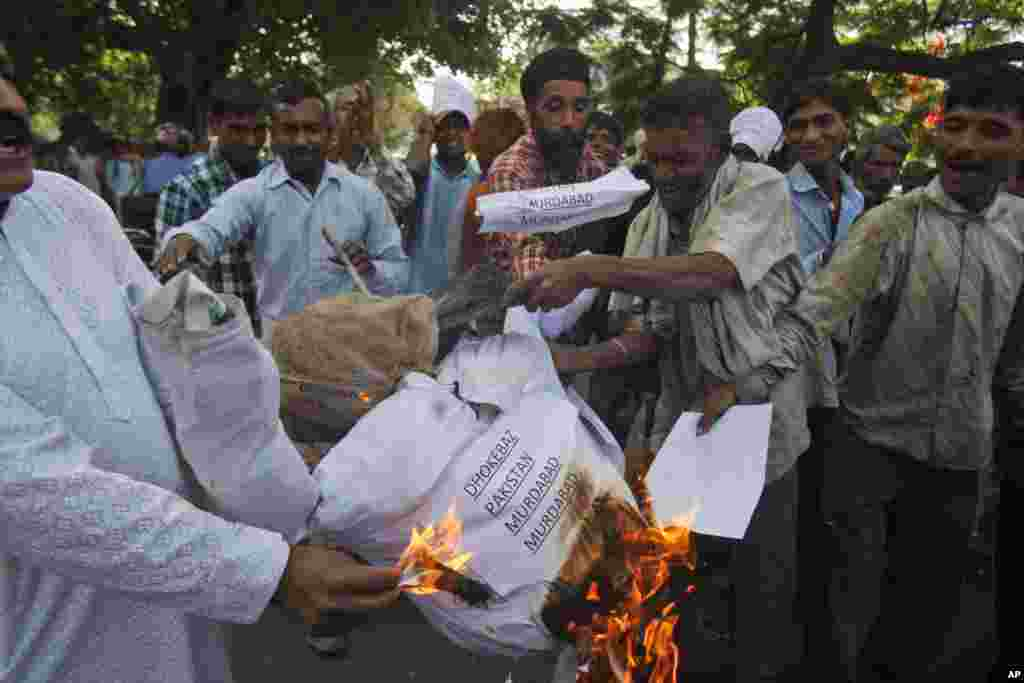 Indians burn an effigy representing Pakistan after Sarabjit Singh, a convicted Indian spy who was on Pakistan's death row, died after two inmates attacked him in a Lahore jail, in Jammu, India, May 2, 2013.