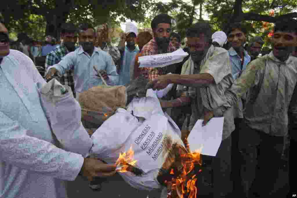 Індійці спалюють опудало, яке уособлює Пакистан.