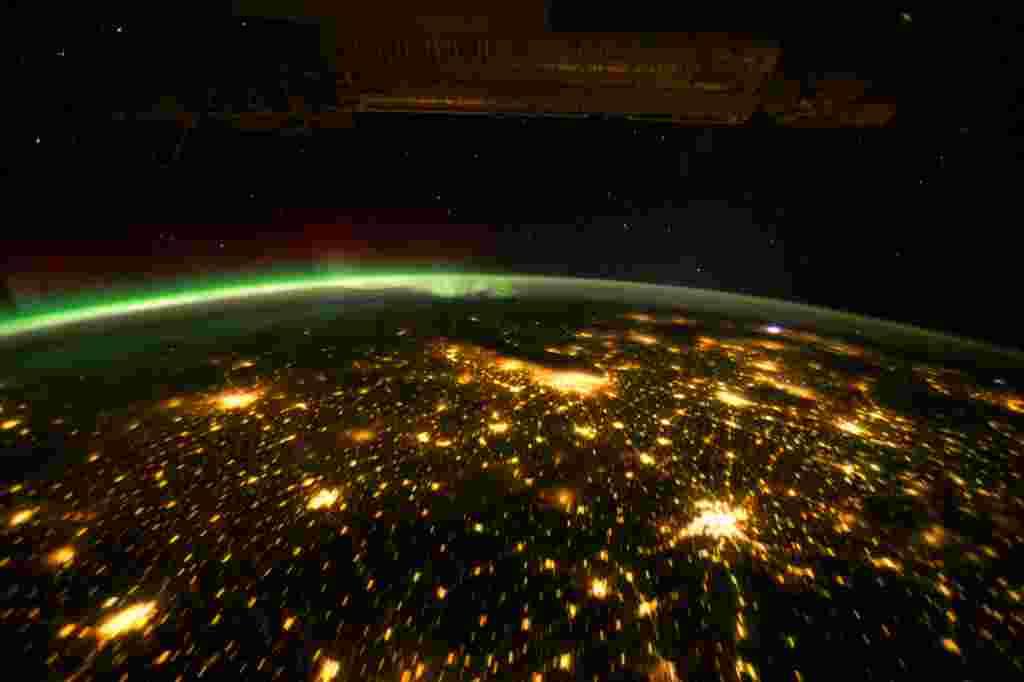 Una foto tomada desde la Estación Espacial Internacional muestra la Aurora Boreal y las luces de las ciudades estadounidenses de Omaha (izquierda abajo) St. Paul (izquierda arriba), Des Moines (centro izquierda), Chicago (centro superior) y San Luis (part