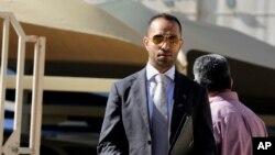 Luật sư Al-Jishi, người đại diện cho bốn nhà báo Hoa Kỳ, phát biểu với các phóng viên khi ông rời khỏi văn phòng công tố viên ở Manama, Bahrain, ngày 16/2/2016.
