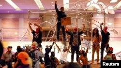 미국 동부 노스캐롤라이나 주 샬럿에서 경찰의 총격으로 흑인 주민이 사망한 데 항의하는 시위가 21일 이틀째 계속됐다. 샬럿 시내 리츠-칼튼 호텔에 시위 참가자들이 모여있다.