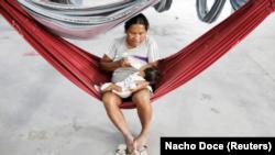 Una indígena de la tribu de los warao alimenta a su hija en un refugio en Pacaraima, Brasil, nov 15, 2017. REUTERS/Nacho Doce