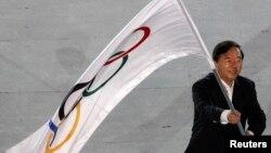 2010年﹐南京市長季建業在新加坡世界青年奧林匹克運動會閉幕儀式上﹐接過奧運會的旗幟。