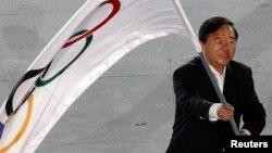 Thị trưởng thành phố Nam Kinh Quý Kiến Nghiệp phất cờ Olympic trong lễ bế mạc Đại hội thể thao Olympic trẻ tại Singapore năm 2010