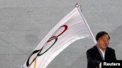 Walikota Nanjing, Ji Jianye, melambaikan bendera olimpiade, sesaat setelah menerimanya dari Presiden Komite Olahraga Internasional (IOC), Jacques Rogge (tidak nampak dalam foto), dalam upacara penutupan Olimpiade pemuda (YOG) di Singapura, 26 Agustus 2010 (Foto: dok).