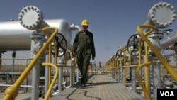 照片:伊朗技术员走向德黑兰西南方油田的石油分离器设施