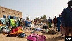 Các nạn nhân thoát chết trong vụ chìm tàu trên sông Niger hôm 13/10/2013 ở Koubi, Mali.