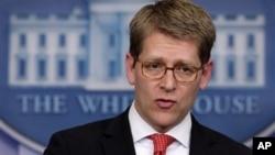 Juru bicara Gedung Putih Jay Carney membela mantan Menlu Hillary Clinton dalam menangani insiden Benghazi, hari Rabu (8/5).