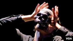 Šekspirov Hamlet, bez reči, u izvodjenju teatra Sinetik