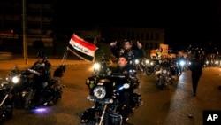 Bağdat'ta gece sokağa çıkma yasağının kalkmasını kutlayan motorsikletliler