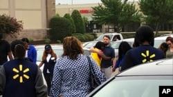 imagen provista por WREG-TV, muestra a empleados de Walmart en un círculo de oración afuera de la tienda, el martes 30 de julio de 2019, en Southaven, Mississippi, luego de un tiroteo. (Jerrita Patterson/WREG-TV via AP).