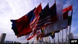 Cờ của các nước tham gia cuộc họp Bộ trưởng của ASEAN tại Hà Nội, 19/7/2010