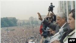 Москва, 20 августа 1991 года. Президент России Борис Ельцин выступает перед своими сторонниками.