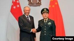新加坡國防部長黃永宏2019年5月29日會見到訪的中國防長魏鳳和(新加坡國防部照片)