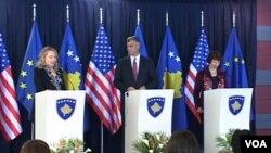 31일 코소보에서 기자회견 중인 힐러리 클린턴 미 국무장관.