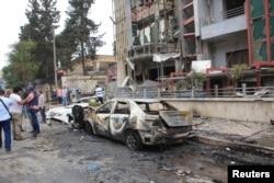 Các nhà báo và thường dân tại hiện trường sau một vụ pháo kích của quân nổi dậy vào trạm xá al-Dabit ở thành phố Aleppo, Syria, ngày 3/5/2016.
