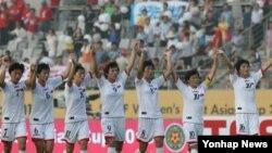 25일 한국 화성종합경기타운에서 열린 2013 동아시안컵 여자축구 북한과 일본의 경기에서 0대0으로 비긴 북한 선수들이 경기 후 관중에게 인사하고 있다.