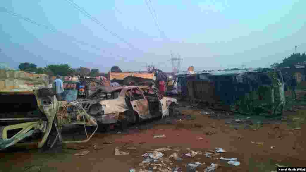 Des manifestants en colère ont incendié plusieurs véhicules lors des émeutes à Kasumbalesa, ex-province du Katanga, 9 septembre 2016. VOA/Narval Mabila