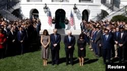 川普总统夫妇,副总统彭斯夫妇率官员在白宫南草坪为拉斯维加斯星期天枪击事件的受害者默哀(2017年10月2日)。