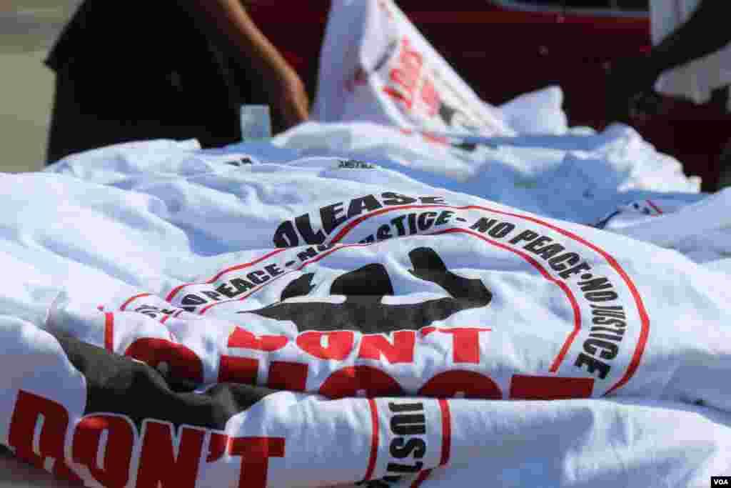"""Camisas con la frase """"manos arriba, no dispare"""" se venden en varias esquinas de la ciudad de Ferguson, cerca de donde un policía mató al joven afroestadounidense Michael Brown. [Foto: Gesell Tobias, VOA]"""