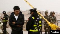 Çin polisi əhalisi əsasən uyğurlardan ibarət olan Kaşqarda sənədləri yoxlayır. 24 mart, 2017.