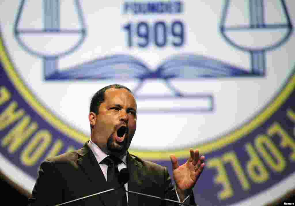 15일 전미유색인종지위향상협회(NAACP) 벤자민 지알러스 회장이 15일 미국 플로리다주 올랜도에서 열린 컨벤션에서 조지 짐머만 무죄 판결에 대해 강력 항의하고 있다.