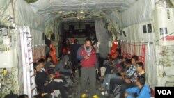 Ký giả trong và ngoài nước có mặt trên máy bay Hercules của Không quân Indonesia, đang thực hiện công tác tìm kiếm máy bay AirAsia bị mất tích, 29/12/14
