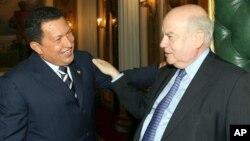 Chavez Insulza durante tiempos mejores, en 2006, en Venezuela.