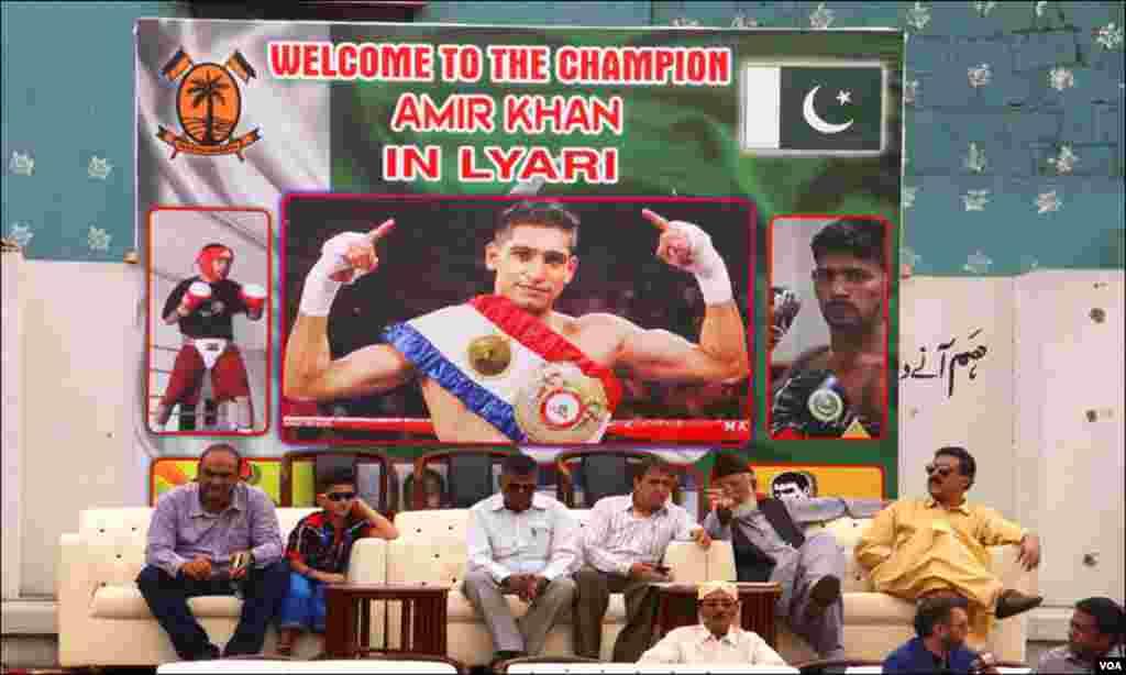 کراچی: لیاری کے پیپلز اسپورٹس اسٹیڈیم میں باکسر عامر خان کی آمد پر خصوصی اہتمام کیا گیا