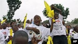 南非首都约翰内斯堡的儿童参加全球抵抗肺结核病活动(2010年10月资料照)