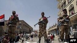 Binh sĩ đào ngũ canh gác tại một cuộc biểu tình ở thủ đô Sanaa đòi Tổng thống YemenAli Abdullah Saleh từ chức, ngày 6/10/2011