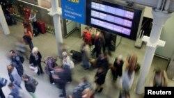 Hành khách đến từ chuyến tàu Eurostar tại ga St Pancras ở London, ngày 10/10/2014. Anh Quốc cho biết sẽ, bắt đầu sàng lọc hành khách vào Anh thông qua hai sân bay chính của London và các chuyến tàu Eurostar.