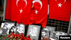 Hoa và hình của những nạn nhân được đặt trước lối vào hộp đêm Reina, ở Istanbul, Thổ Nhĩ Kỳ, ngày 3 tháng 1, 2017.