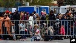 4 Mart 2020 - Yunanistan'daki Moria Mülteci Kampı'na giriş izni bekleyen sığınmacılar
