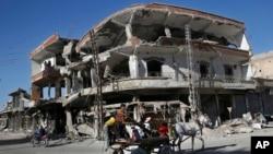 2018年4月5日,叙利亚拉卡一座去年夏天在美国支持下的叙利亚民主军与伊斯兰国激进分子交战中被毁的建筑物。