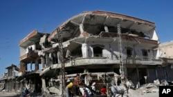 En esta foto de archive del 5 de abril de 2018, se ven ls ruinas de un edificio dañado durante los combates en Raqqa, Siria.