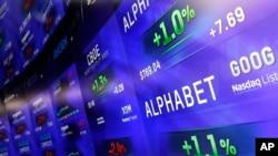 រូបភាពឯកសារ៖ កញ្ចក់ឌីជីថលមួយបានបង្ហាញតម្លៃស្តុក Alphabet នៅក្នុងទីផ្សារ Nasdaq MarketSite ក្នុងទីក្រុងញូវយ៉ក។