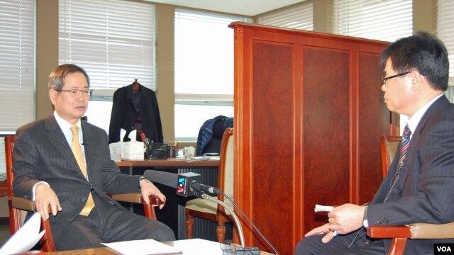 20일 VOA 기자와 인터뷰하는 천영우 청와대 외교안보수석비서관(왼쪽).