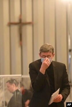 Uskup Agung Köln Rainer Maria Woelki menghadiri konferensi pers tentang laporan pelecehan oleh para pastor di Köln, Jerman, Kamis, 18 Maret 2021.