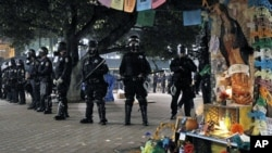 """美国""""占领华尔街""""抗议活动从去年9月开始,加州奥克兰警察身穿防暴衣和抗议者对峙(2011年11月3号资料照)"""
