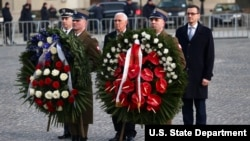 ادای احترام مایک پنس به قربانیان هولوکاست در لهستان