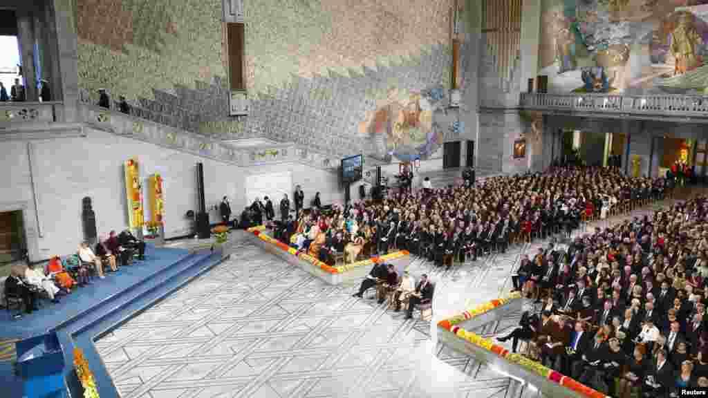 L'image montre la vue générale de la salle au cours de la cérémonie de remise du Prix Nobel de la Paix à l'Hôtel de Ville d'Oslo, le 10 décembre 2014.